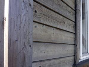 innrisset hånd på Atelier Austmarka i Finnskogen